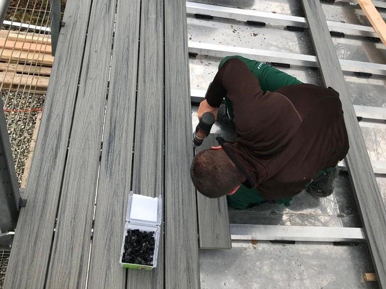 התקנת דק סינטטי של חברת TREX - מומחים בדקים סינטטיים לחצר, דק לגינה ודק למרפסת