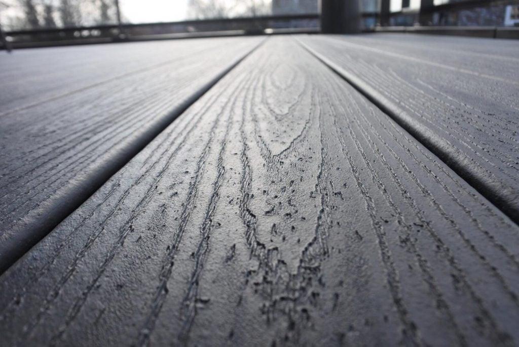 דק אפור, דקים סינטטיים בגוון אפור (Island Mist) - חברת TREX מומחים בדקים סינטטיים לחצר, דק לבריכה ודק למרפסת