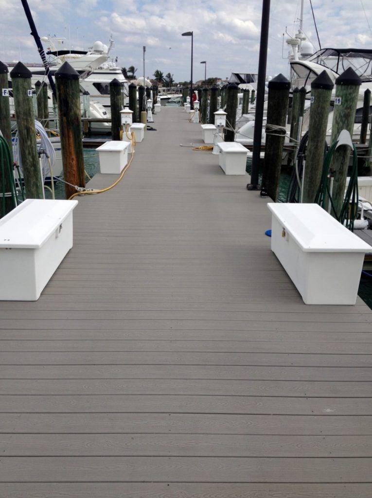 דק סינטטי אפור (Clam Shell) של חברת TREX - מומחים בדקים סינטטיים לחצר, דק לבריכה ודק למרפסת