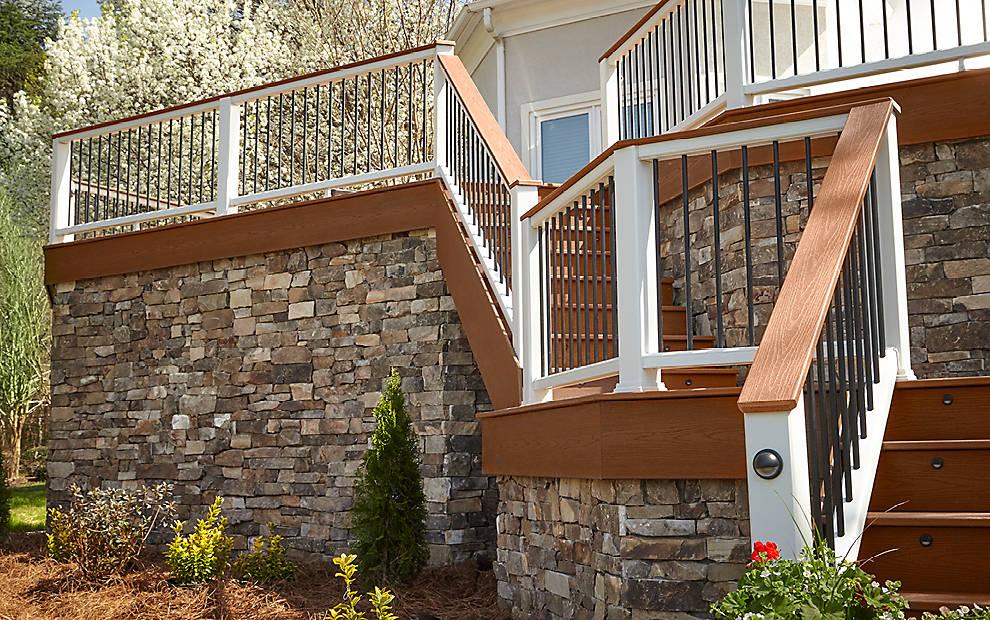 מחיר למעקה מדרגות חוץ של חברת TREX - מומחים במעקה למרפסת, מעקות עץ, מעקות אלומניום, מעקות נירוסטה ומעקות עץ סינטטי