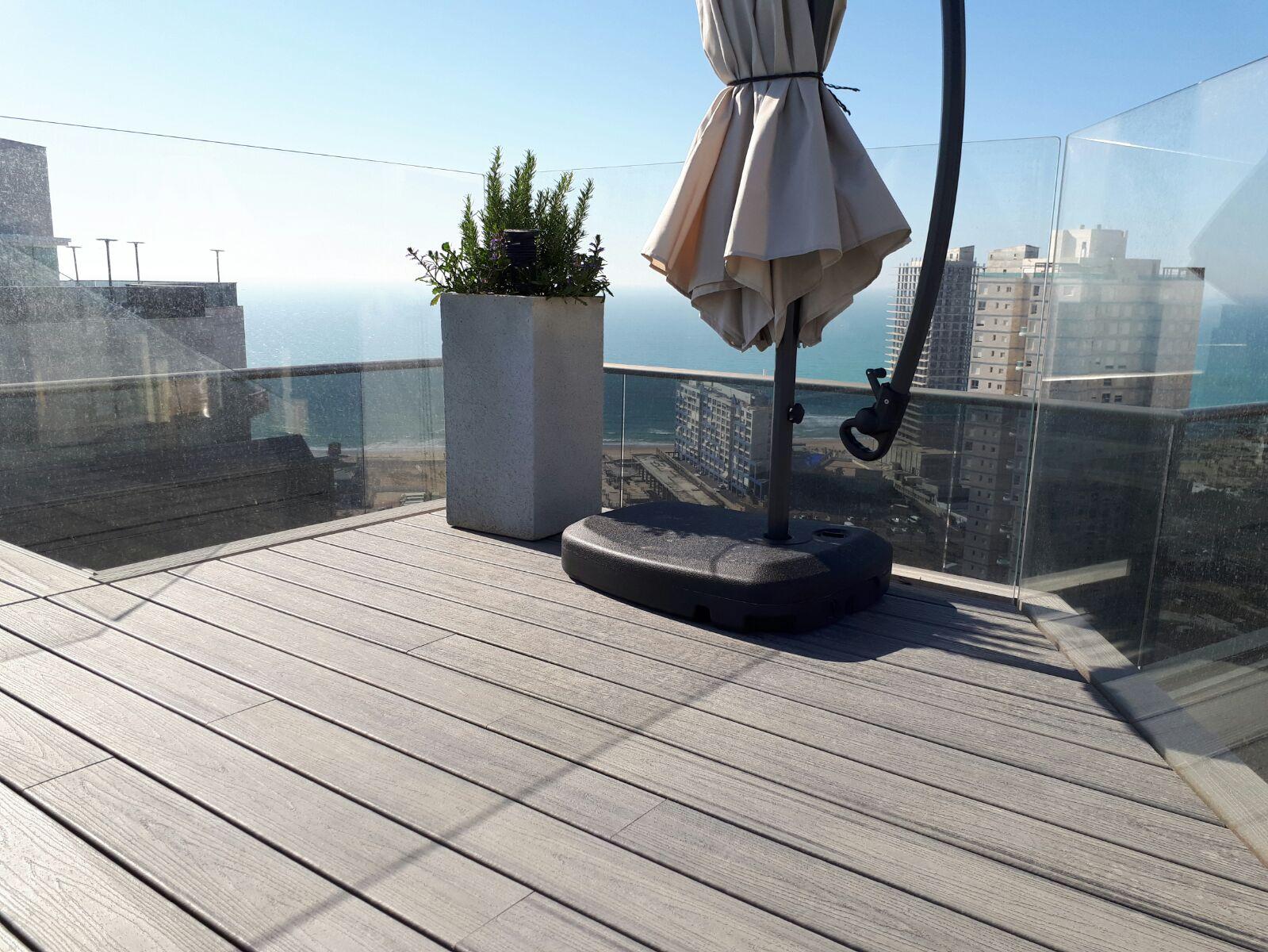 דק סינטטי, דק למרפסת בפנטהאוז בבת ים - חברת TREX מומחים בדקים סינטטיים לחצר, דק לגינה ודק למרפסת