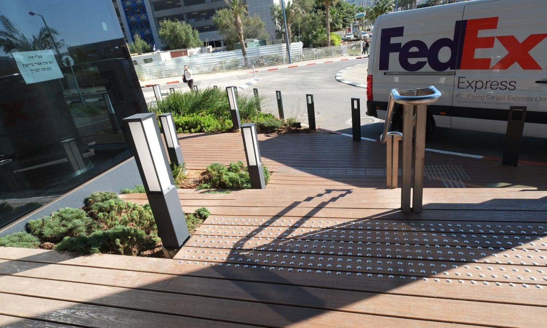 דק סינטטי, דק בחצר במתם חיפה - חברת TREX המייצרים את הדקים הסינטטיים העמידים ביותר בעולם, חיפוי קירות דמוי עץ ומעקות עץ סינטטי דמוי עץ