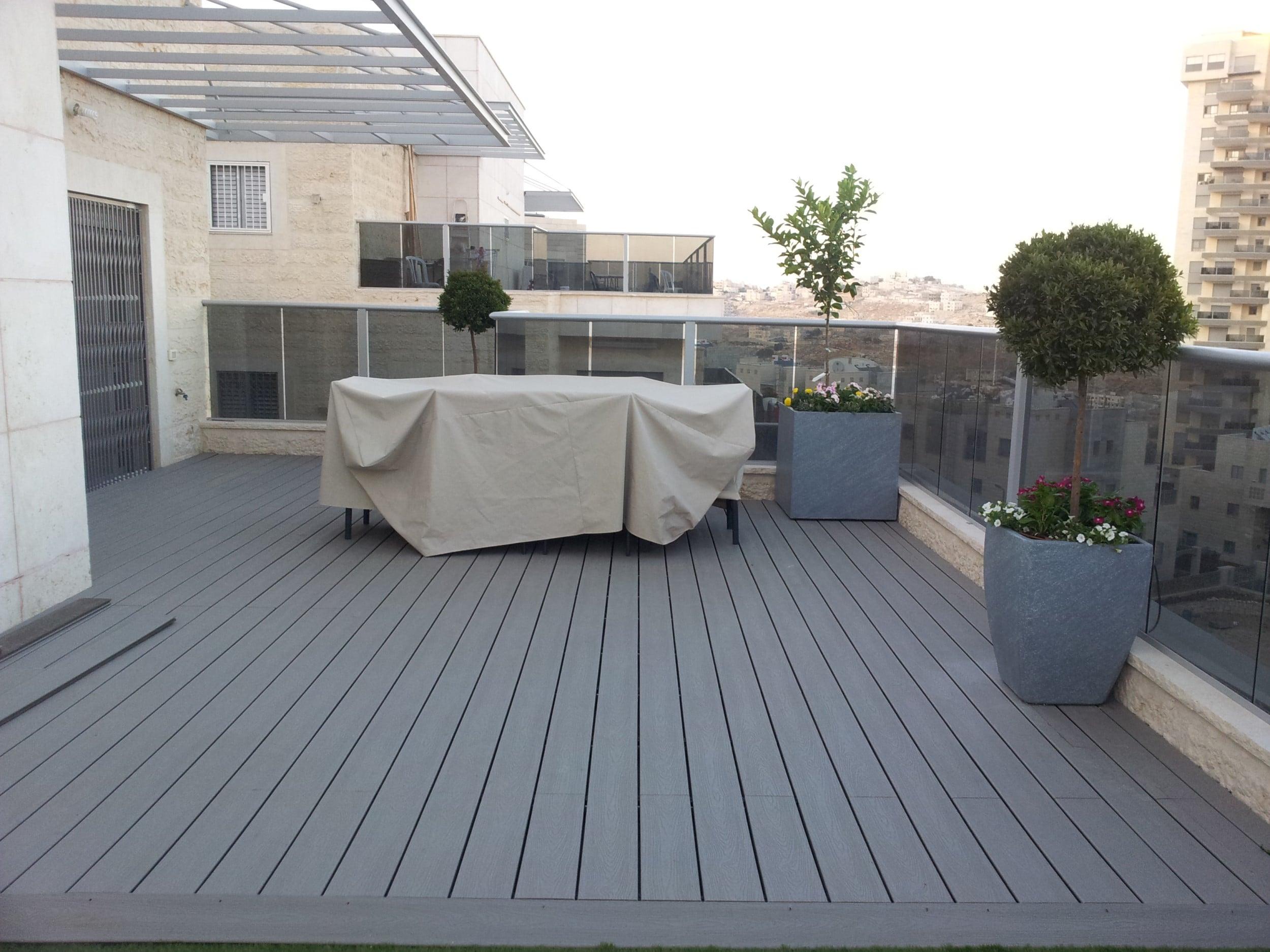 דק סינטטי, דק למרפסת בדירה במודיעין - חברת TREX מומחים בדקים סינטטיים לחצר, דק לגינה ודק למרפסת