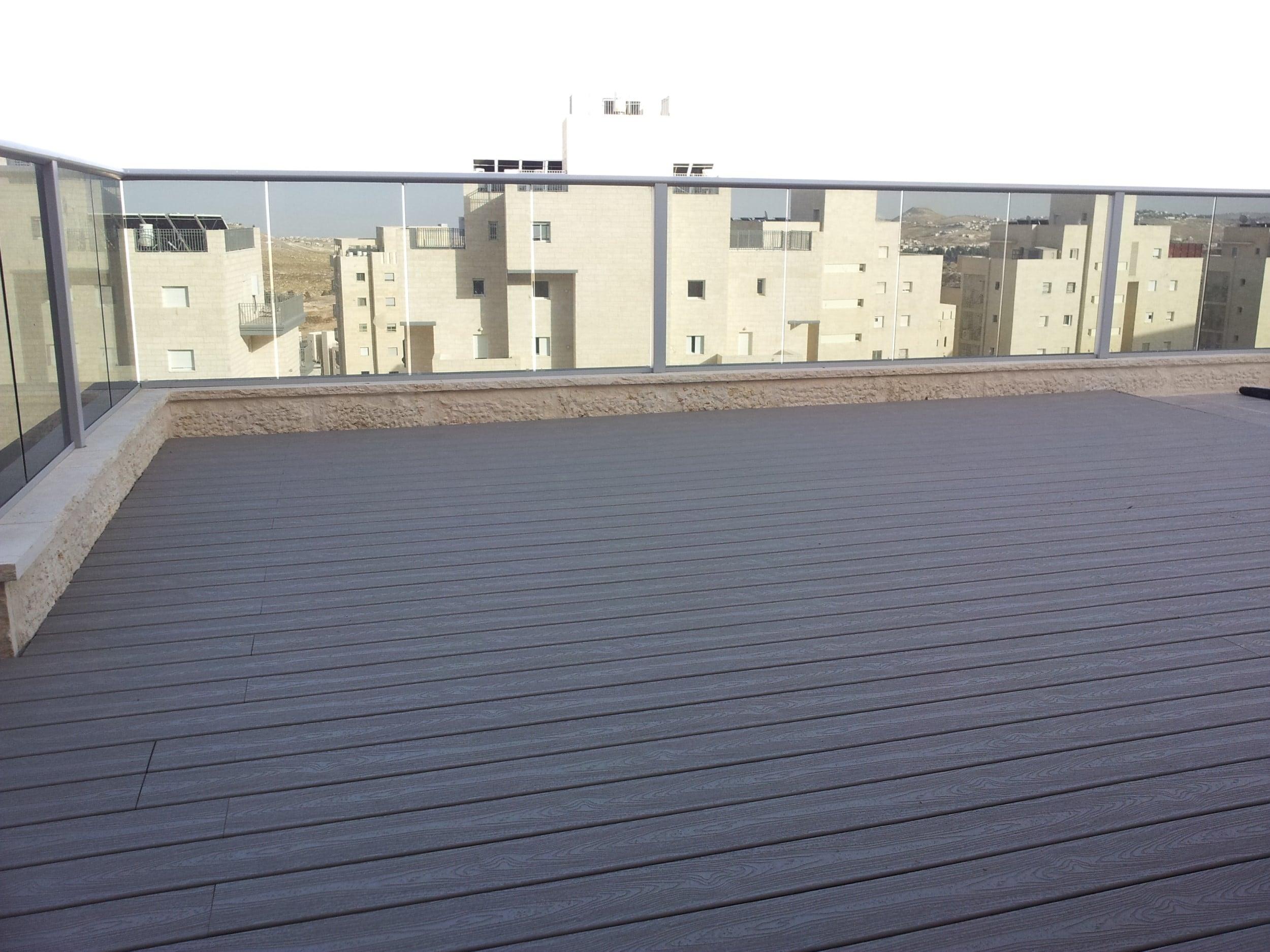 דק סינטטי, דק למרפסת בדירה במודיעין - חברת TREX מומחים בייצור דקים סינטטיים לגינה, דק לבריכה, דק לחצר, דק למרפסת וסוגי דק סינטטי שונים בגוונים שונים ובמרקמים שונים
