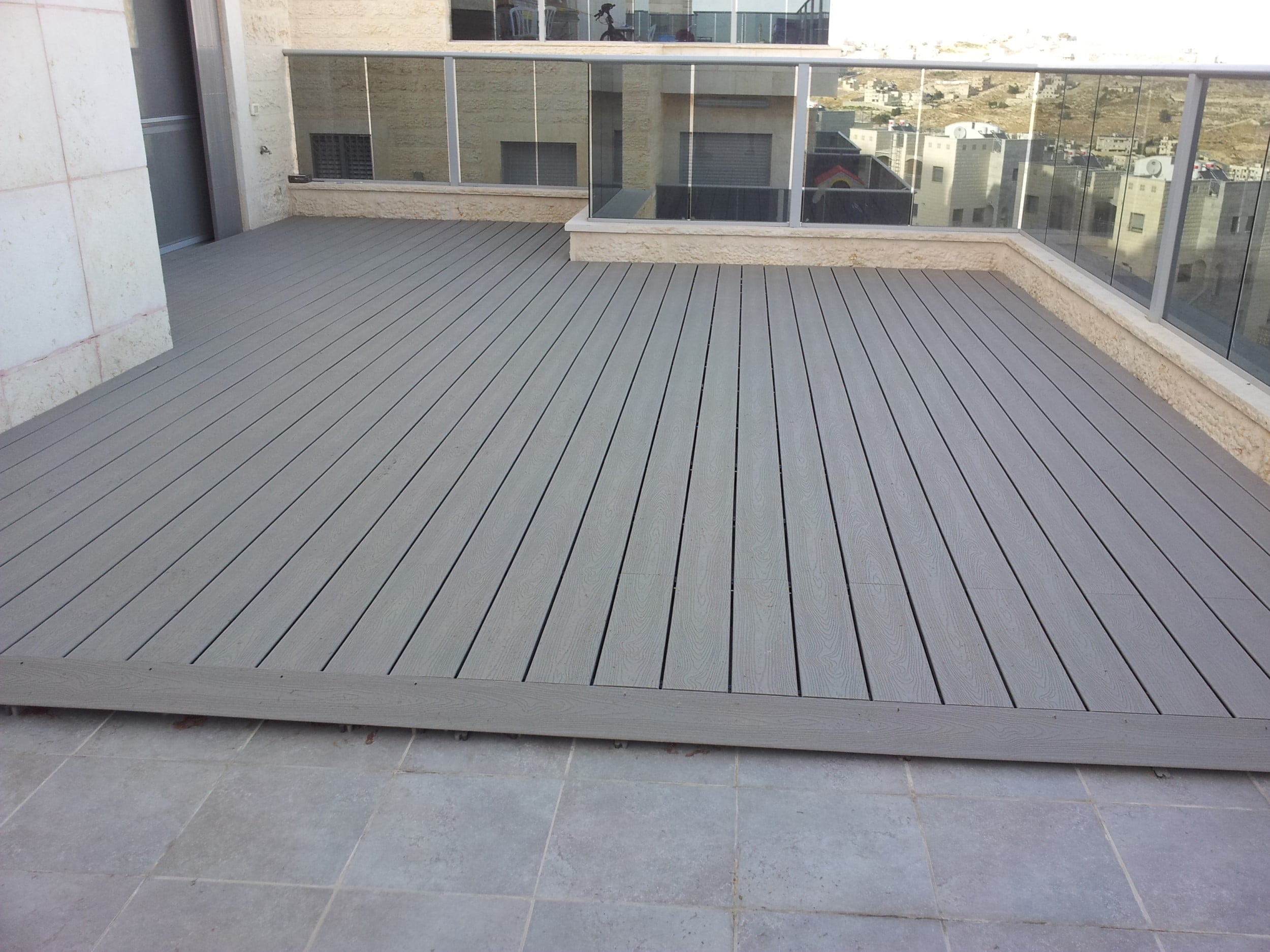 דק סינטטי, דק למרפסת בדירה במודיעין - חברת TREX המייצרים את הדקים הסינטטיים העמידים ביותר בעולם, חיפוי קירות דמוי עץ ומעקות עץ סינטטי דמוי עץ