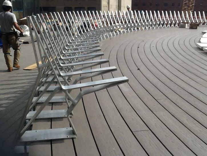 דק סינטטי, דק לבריכה בגג במנהטן - חברת TREX המייצרים את הדקים הסינטטיים העמידים ביותר בעולם, חיפוי קירות דמוי עץ ומעקות עץ סינטטי דמוי עץ