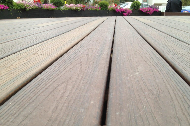 """דק סינטטי, דק לחצר במתנ""""ס בראשון לציון - חברת TREX מומחים בדקים סינטטיים לחצר, דק לגינה ודק למרפסת"""