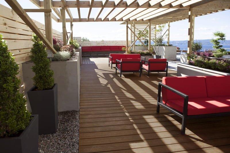 דק למרפסת שמש של חברת TREX, מומחים בדקים סינטטיים לבריכה, דק לגינה ודק לחצר, מעקות חוץ וחיפוי קירות חוץ