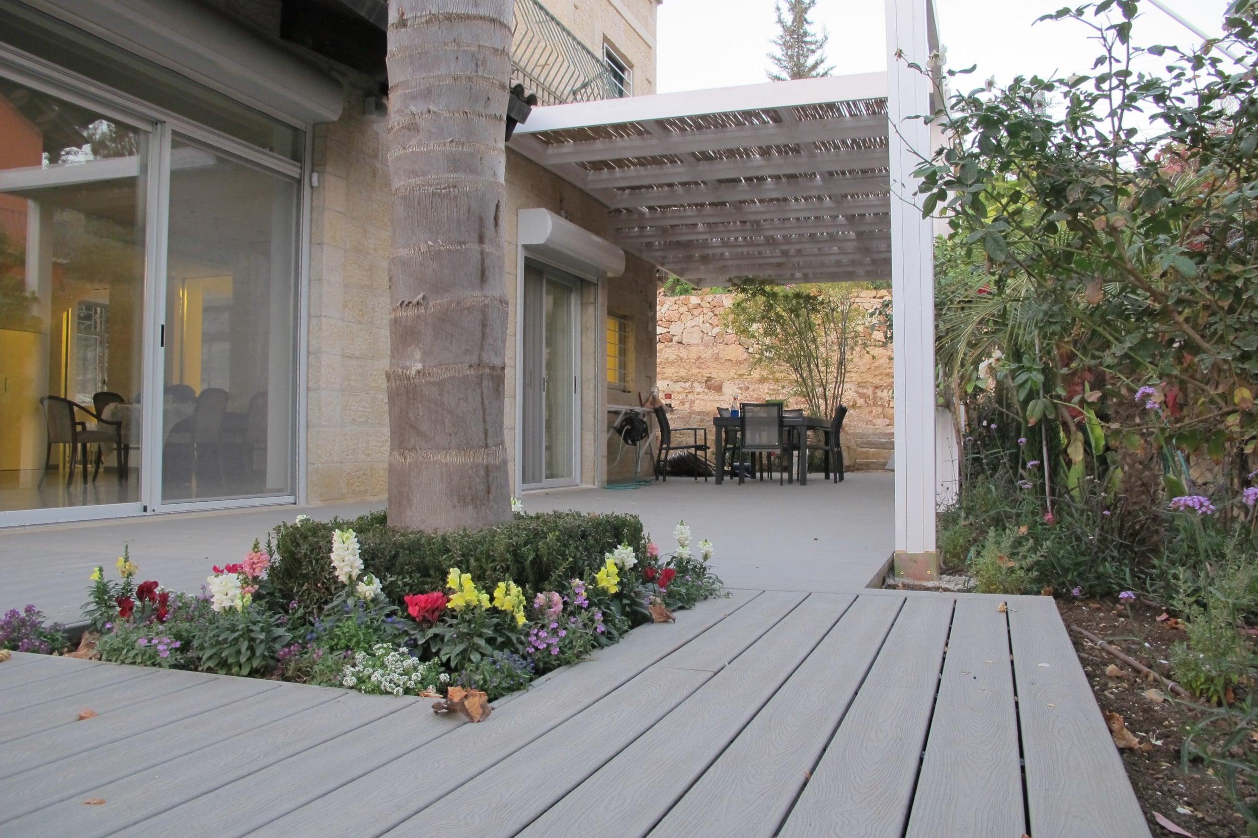 דק סינטטי, דק אורן בבית פרטי בבית זית - חברת TREX מומחים בדקים סינטטיים לחצר, דק לגינה ודק למרפסת