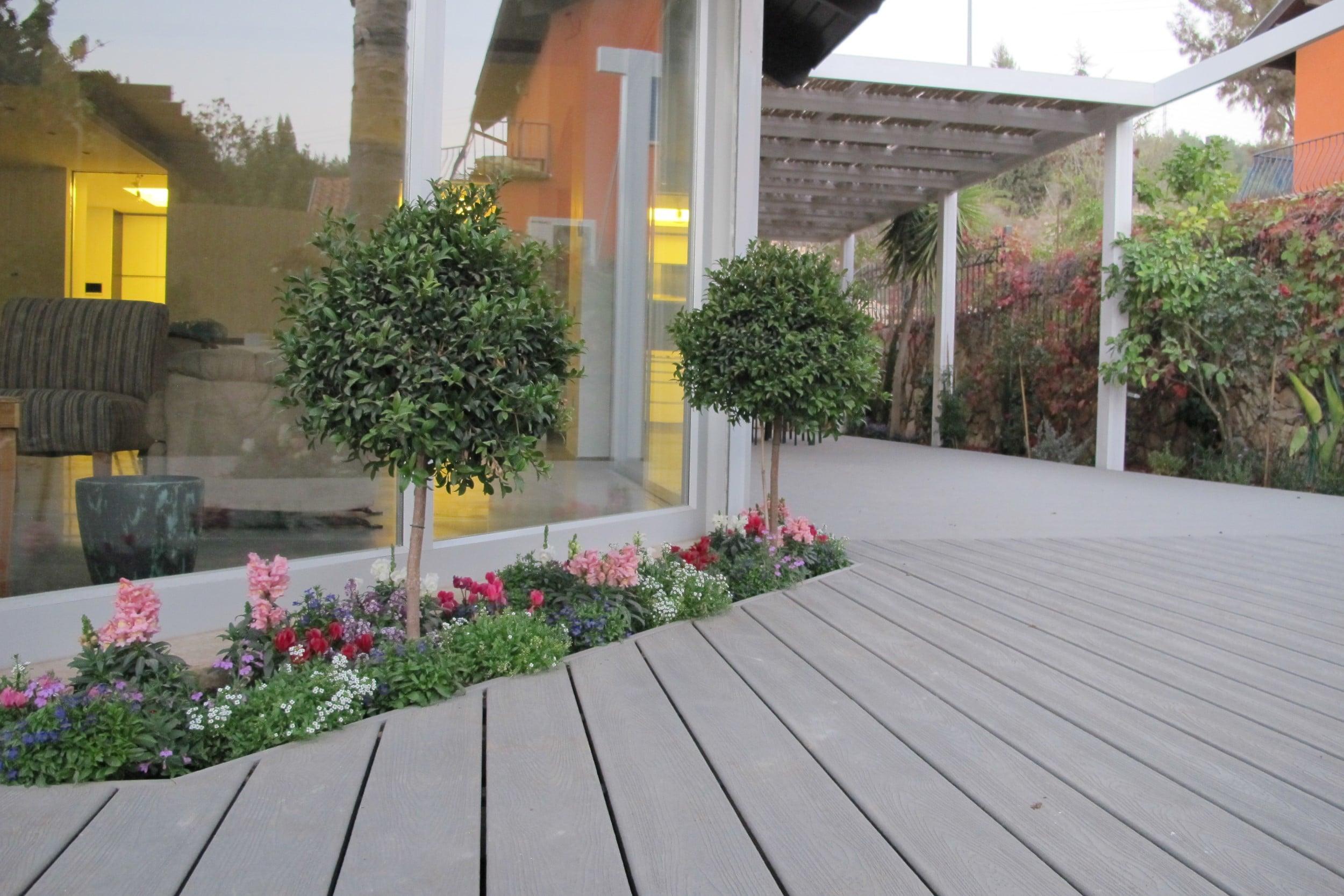 דק סינטטי, דק אורן בבית פרטי בבית זית - חברת TREX המייצרים את הדקים הסינטטיים העמידים ביותר בעולם, חיפוי קירות דמוי עץ ומעקות עץ סינטטי דמוי עץ