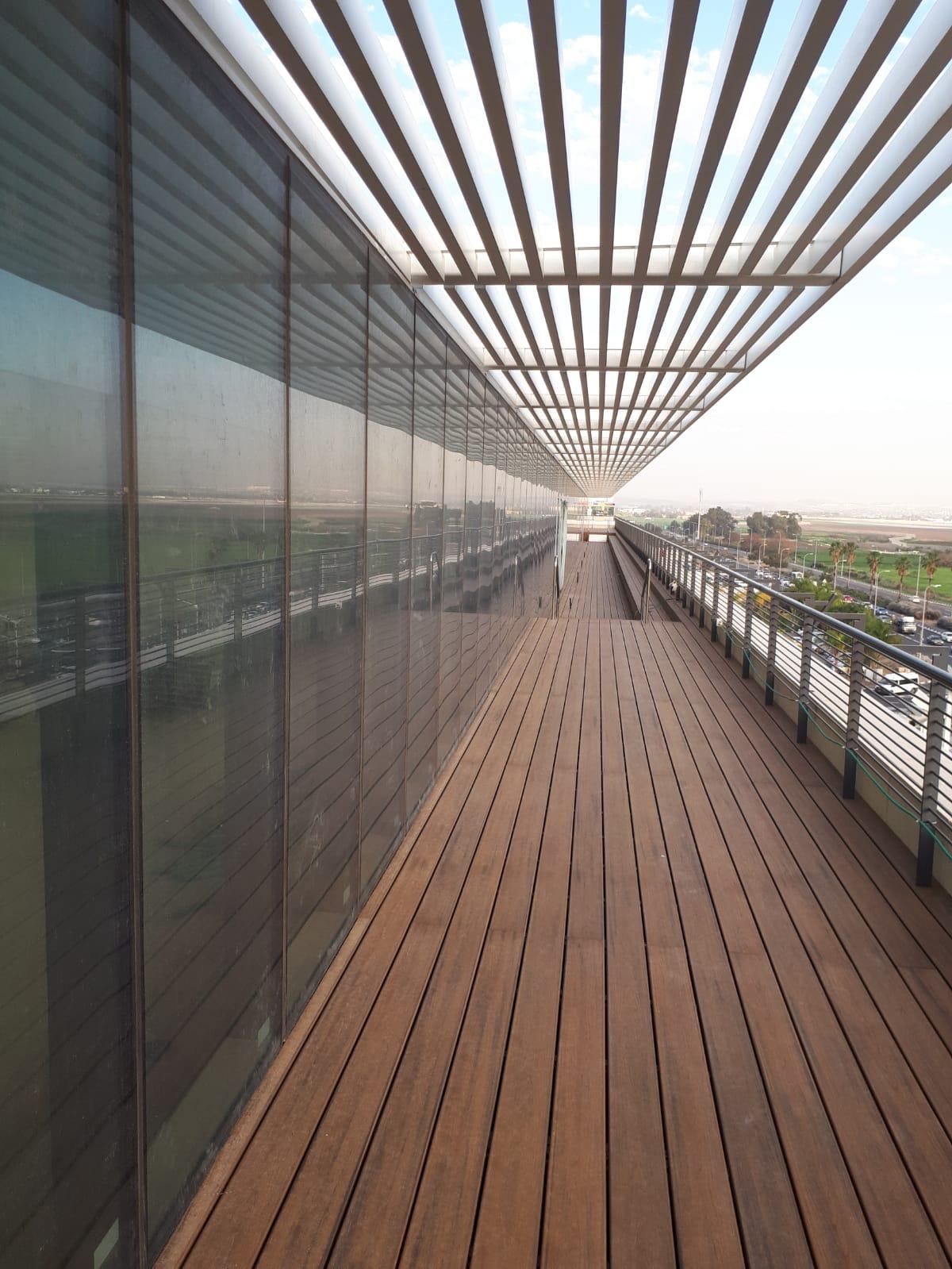 דק סינטטי, דק למרפסת ולגג בבניין טרמינל סנטר, אור יהודה - TREX דקים סינתטיים חיפוי קירות חוץ, התקנת דק ומעקות חוץ