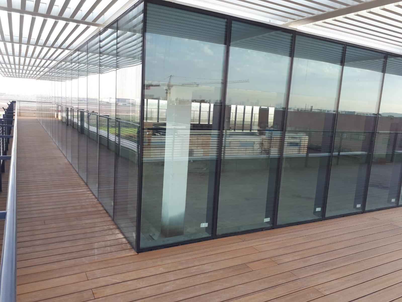דק סינטטי, דק למרפסת ולגג בבניין טרמינל סנטר, אור יהודה - חברת TREX מומחים בדקים סינטטיים לחצר, דק לגינה ודק למרפסת