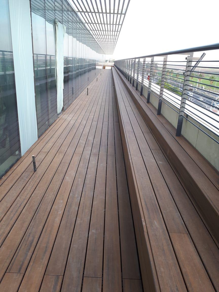 דק סינטטי, דק למרפסת ולגג בבניין טרמינל סנטר, אור יהודה - חברת TREX המייצרים את הדקים הסינטטיים העמידים ביותר בעולם, חיפוי קירות דמוי עץ ומעקות עץ סינטטי דמוי עץ