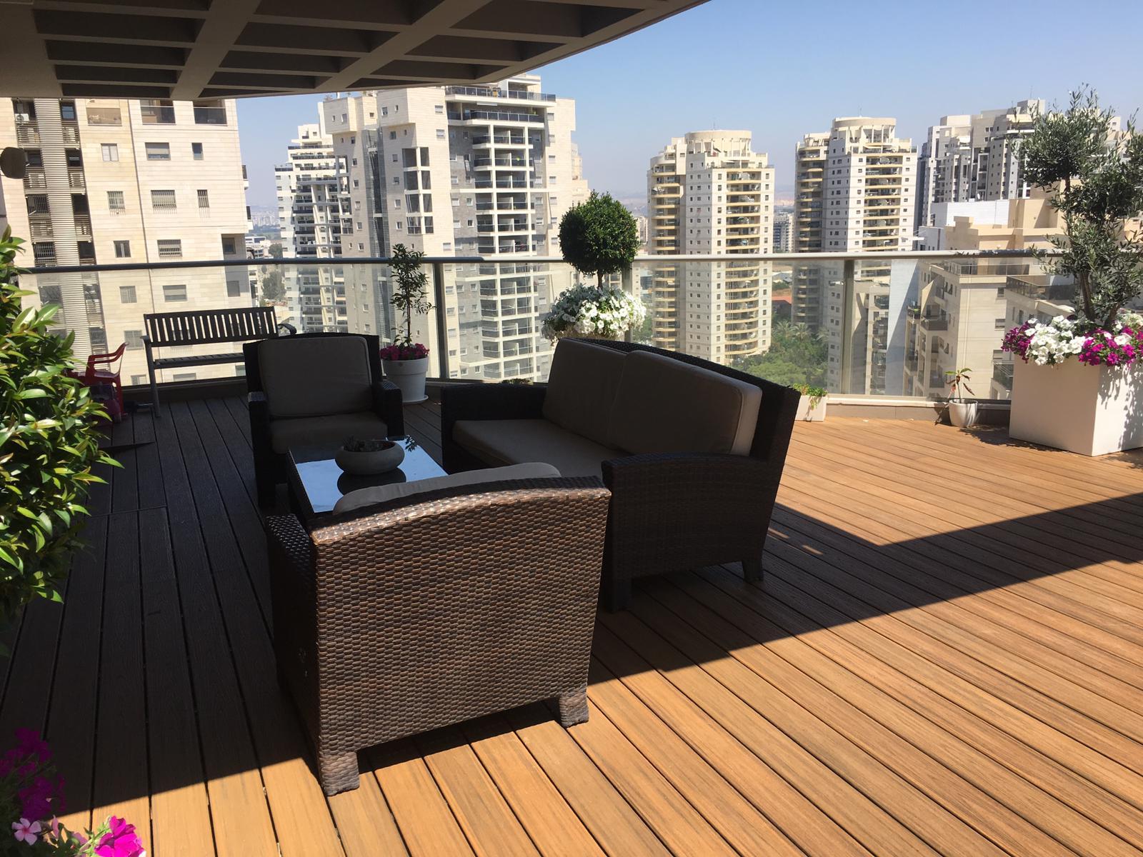 • דק למרפסת שמש בעיר ימים - TREX דקים סינטטיים, מעקות חוץ וחיפוי קירות חוץ